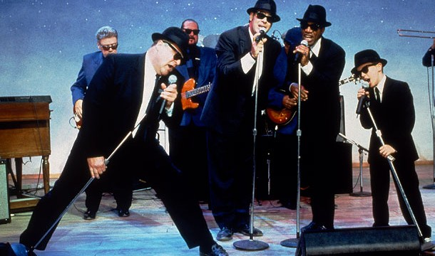 Blues-Brothers-2000-–-The-legendary-blues-musicians-playing-together-in-the-climax